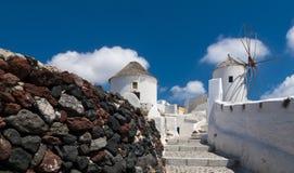 Moulins à vent traditionnels sur l'île de Santorini, Grèce Image stock