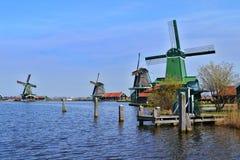Moulins à vent verts dans Zaanse Schans près de la rivière Zaan images stock