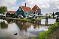 Moulins authentiques de Zaandam et maisons vibrantes traditionnelles sur le canal de l'eau dans le village de Zaanstad, Pays-Bas photographie stock libre de droits