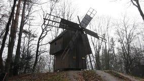 Moulins célèbres de Kinderdijk sur la voie d'eau Site de patrimoine mondial de l'UNESCO banque de vidéos