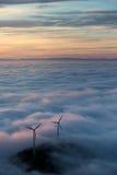 Moulins d'énergie éolienne en brouillard Photographie stock