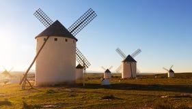 Moulins de vent chez Campo de Criptana en soleil de soirée Photographie stock