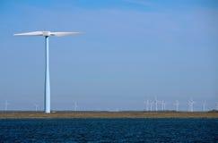 Moulins de vent d'énergie Photos stock