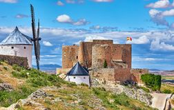 Moulins de vent et forteresse de vintage à Consuegra Images stock