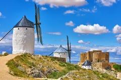 Moulins de vent et vieille forteresse à Consuegra Photographie stock