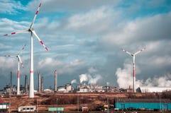 Moulins de vent sur une usine Image stock