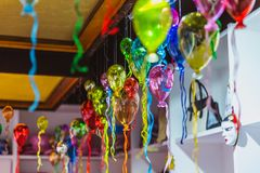 Moulticolouredgroep glasballons in een winkel van artistiek glas van Venetië, Italië stock foto's