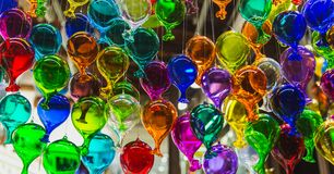 Moulticolouredgroep glasballons in een winkel van artistiek glas van Venetië, Italië royalty-vrije stock foto's