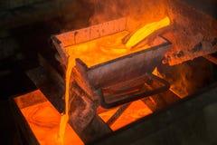 Moulting goud bij een fabriek stock fotografie