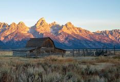 Moulton谷仓和Teton山在日出期间 免版税库存图片