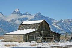 Moulton ladugård i den första snowen arkivfoto