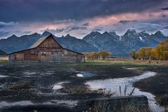 Moulton-Ranch-Kabinen u. Wolken lizenzfreie stockbilder