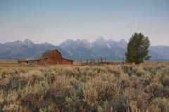 Moultonschuur met de Wazige Bergen van Grand Teton op de Achtergrond royalty-vrije stock afbeelding