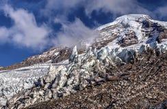 Mounain mit Schnee, Eis und Wolken Stockfoto