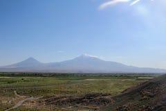 Mount Ararat från avstånd med gröna fält arkivfoto