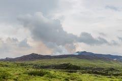 Mount Aso caldera, den aktiva vulkan, i mitt av Kumamoto, Ja royaltyfri bild