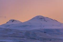 2014 07 Mount Elbrus, Россия: Панорамный взгляд горы Elbrus на заходе солнца Стоковая Фотография