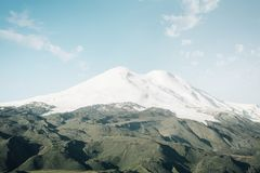 Mount Elbrus med snöig maxima arkivfoton
