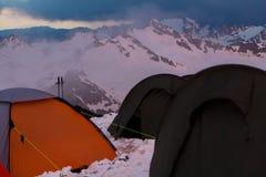 Mount Elbrus Ryssland, flera tält på stationsskydd 11 Arkivbilder