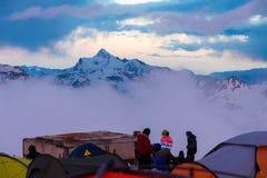 Mount Elbrus Ryssland, flera tält på stationsskydd 11 Royaltyfria Bilder