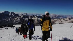 2013 08 Mount Elbrus, Ryssland: Klättring till det Elbrus berget arkivfilmer