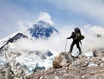 Mount Everest с туристом стоковые фотографии rf