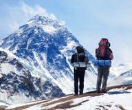 Mount Everest från Kala Patthar med två turister royaltyfri bild