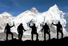 Mount Everest und Schattenbild von kletternden Männern Lizenzfreies Stockfoto