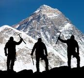 Mount Everest von Kala Patthar und vom Schattenbild von Männern Lizenzfreie Stockfotografie