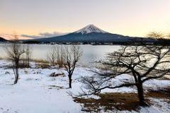 Mount Fuji в сцене зимы в феврале с заходом солнца стоковые фотографии rf