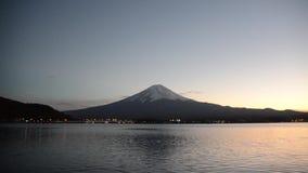 Mount Fuji и небо захода солнца в осени на озере yamanashi Японии kawaguchiko видеоматериал