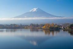 Mount Fuji и озеро Kawaguchi в Yamanashi, Японии стоковое фото
