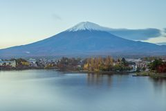 Mount Fuji и озеро Kawaguchi в Yamanashi, Японии стоковые фотографии rf