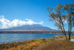 Mount Fuji и озеро Yamanaka в Yamanashi, Японии стоковые фотографии rf