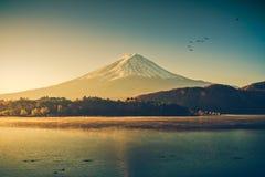 Mount Fuji на kawaguchiko озера, восходе солнца Стоковое Изображение RF