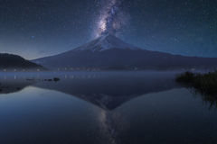 Mount Fuji на kawaguchiko озера, сумерк Стоковые Фотографии RF