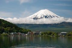 Mount Fuji от озера Kawaguchiko в Японии Стоковые Изображения RF