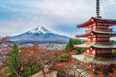 Mount Fuji, пагода Chureito в осени стоковые изображения
