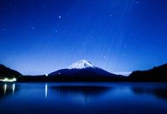 Mount Fuji badade i duschen för måneljus Arkivbild