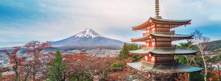 Mount Fuji Chureito pagod i höst arkivfoton