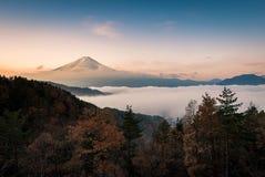 Mount Fuji enshrouded i moln från sjön kawaguchi, Yamanashi, Japan Arkivfoto
