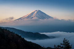 Mount Fuji enshrouded i moln med klar himmel från sjön kawaguchi, Yamanashi, Japan Arkivfoto