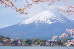 Mount Fuji från sjön Kawaguchiko med den körsbärsröda blomningen i Yamanash royaltyfri fotografi