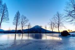 Mount Fuji med sollöneförhöjning på den FumoToppara campingplatsen i vinter arkivfoton
