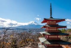 Mount Fuji och Chureito pagod i höst royaltyfri fotografi