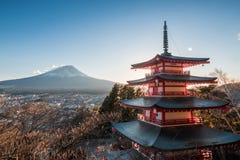 Mount Fuji och Chureito pagod på solnedgången in, Japan Pagoden I arkivfoton
