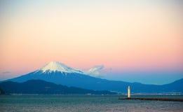 Mount Fuji och ett ljust hus som ses från stranden Arkivbild