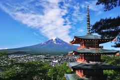 Mount Fuji och röd pagod fotografering för bildbyråer