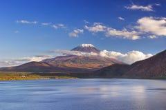 Mount Fuji och sjö Motosu, Japan på en klar eftermiddag fotografering för bildbyråer