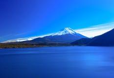 Mount Fuji och sjö Motosuko i vintern, Japan Royaltyfri Bild